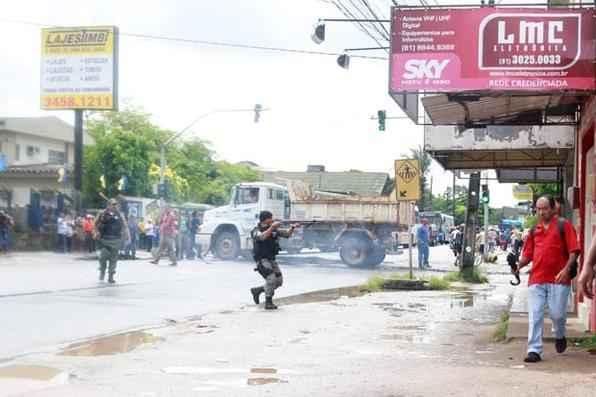 Após horas de tensão foi encerrado por volta  das 10h30 desta quarta-feira o protesto de usuários do metrô, na Avenida Belmiro Correia, a PE-5, em Camaragibe. Foto: Jo Calazans/Esp. DP/D.A Press -