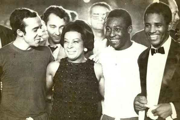 A cantora Elizete Cardoso com os jogadores de futebol Tostão e Edson Arantes do Nascimento, conhecido como Pelé, e o cantor Jair Rodrigues. Foto: Arquivo/EM/D.A Press -