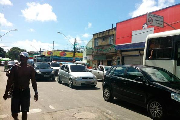 Saques, assaltos e arrombamentos de lojas no Recife e Região Metropolitana. Foto de leitor enviada pelo WhatsApp -