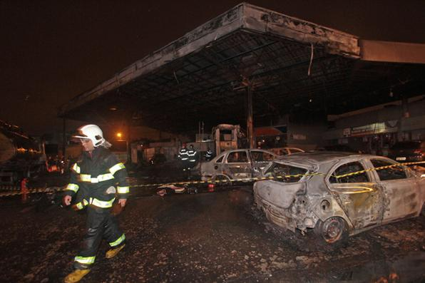 Na noite de ontem, um incêndio atingiu um posto de gasolina da empresa Petrobras/BR. O estabelecimento fica na Estrada Velha de Água Fria, na entrada da Bomba do Hemetério, Zona Norte do Recife. Foto: Roberto Ramos/DP/D.A.Press -
