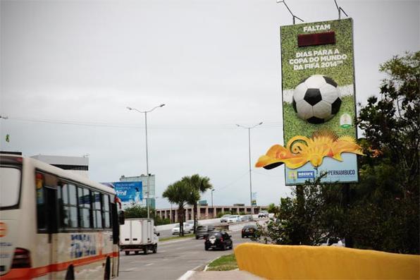 Relógio da avenida Agamenon Magalhães, no Recife, marca a contagem regressiva para Copa do Mundo. Foto: Teresa Maia/DP/D.A Press -