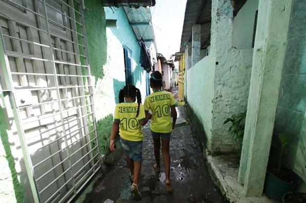 O Recife já está verde e amarelo para esperar a Seleção entrar em campo. Foto: Alcione Ferreira/DP/D.A Press -