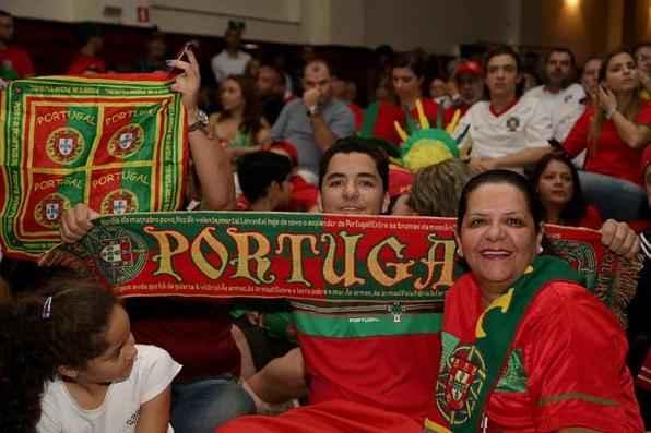 Torcida portuguesa assiste ao jogo Portugal x Alemanha na Casa de Portugal, em São Paulo. Foto: Paulo Pinto/Fotos Públicas -