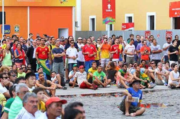 Torcedores de Espanha e Chile assistindo o jogo na Fan Fest Recife. Foto: Paulo Paiva/DP/D.A Press -