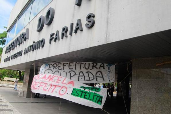 Os ativistas que ocupavam o pátio da Prefeitura da Cidade do Recife, no Cais do Apolo, desde a manhã da segunda-feira (30), desmontaram o acampamento pacificamente na tarde desta terça (01). Representantes do Movimento Ocupe Estelita tiveram uma reunião com o prefeito Geraldo Julio e, mesmo sem acordo, optaram por liberar a área. Foto: Jô Calazans/Esp. DP/D.A Press -