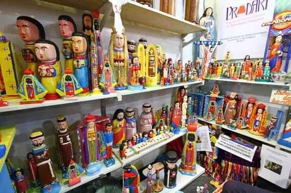 Na rua 10, Ribamar das Santinhas comercializa artesanato em madeira com itens de R$ 20 a R$ 1,3 mil.  Foto: Paulo Paiva/DP/D.A Press - Foto: Paulo Paiva/DP/D.A Press