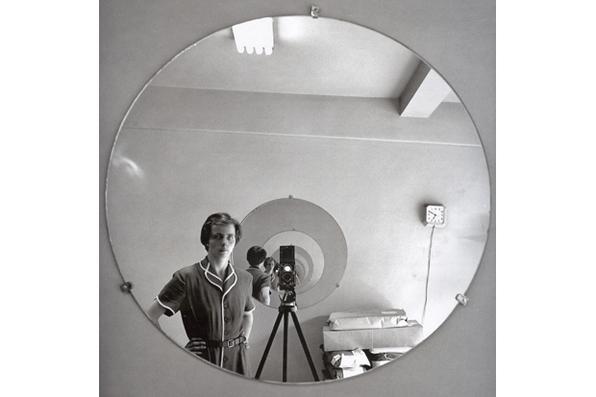 Nascida em Nova York em 1926, Vivian Maier, trabalhou como babá para uma família de Chicago, entre os anos 1950 e 1960. Nas horas de folga, saía com a sua câmera Roleyflex, registrando cenas da vida urbana dos Estados Unidos do pós-guerra, sem treinamento e seguindo sua intuição, Vivian construiu uma obra que ficou para além do seu tempo.  - Foto: Vivian Maier/Autentica Editora/Divulgação