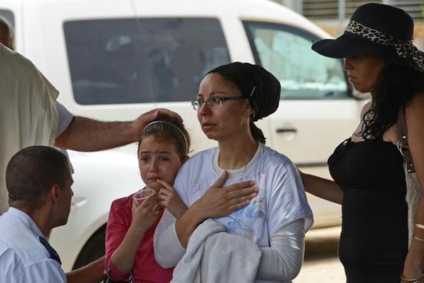Menina israelense assustada  chora depois de um foguete disparado por palestinos atinge a cidade de Ashkelon, perto da fronteira com Gaza. Foto: Kobi Gideon / GPO -
