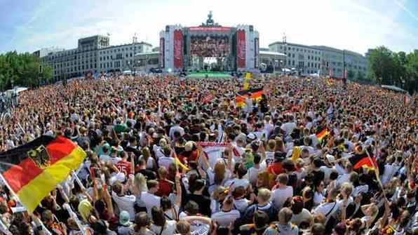 Festa nas ruas de Berlim com a chegada da Seleção campeã. Foto: AFP Photo/FIFA -
