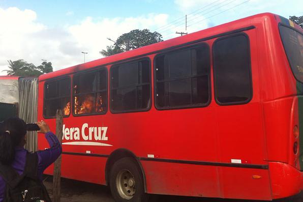 Ônibus é depredado na estação do Barro, no Grande Recife.  Foto: Lenne Ferreira/DP/D.A Press -