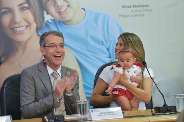 Ministro Arthur Chioro lança a nova campanha de aleitamento materno. Participa da solenidade a madrinha da Semana Mundial de Amamentação de 2014, a atriz Nívea Stelmann, com sua filha. Foto: Wilson Dias/Agência Brasil -