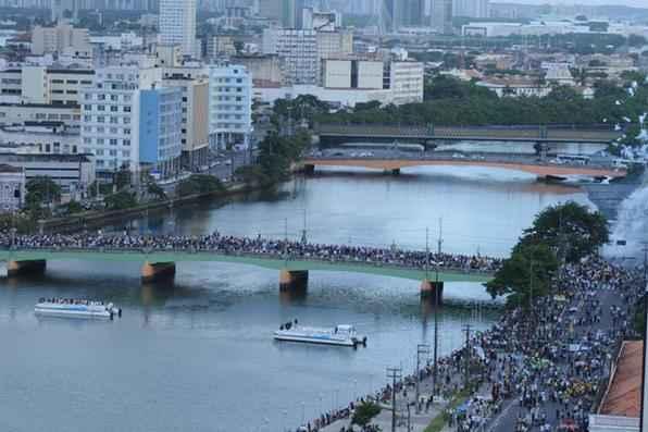 Milhares de pessoas acompanharam o cortejo até o cemitério de Santo Amaro. Foto: Heitor Cunha/DP/D.A Press -