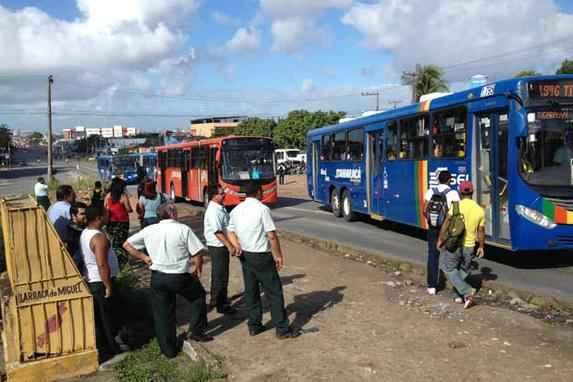 Passageiros s�o surpreendidos por greve de motoristas e cobradores de �nibus no Grande Recife (Categoria realiza nova paralisa��o em protesto contra a suspens�o do aumento de 10% anunciado m�s passado)
