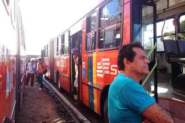 Os usuários do transporte público vivem dia de transtorno nesta sexta-feira. A Região Metropolitana do Recife (RMR) amanheceu com poucos ônibus nas ruas. Foto: Everson Verdião/Esp. DP/D.A Press -