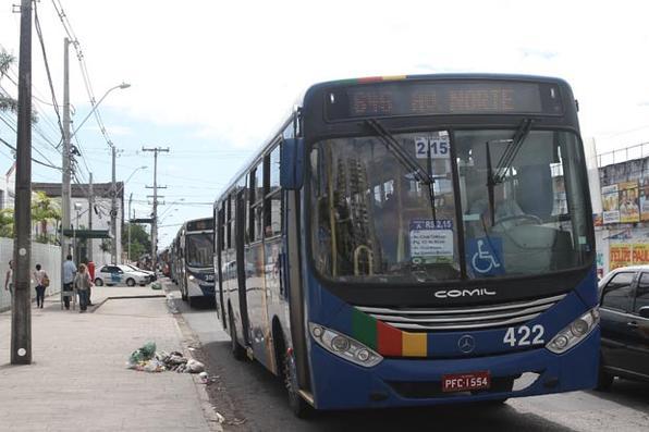 Pouco depois das 8h desta segunda-feira, os ônibus começaram a deixar as garagens de empresas, como Caxangá, Globo e Cidade Alta. Minutos depois, os coletivos começaram a chegar aos terminais e circular pelas ruas da Região Metropolitana do Recife (RMR). Foto: Júlio Jacobina/DP/D.A Press -