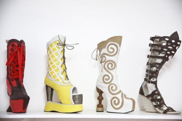 As sandálias de Jaílson incorporam as características das alpercatas, um calçado de couro típico dos sertanejos, que tem uma coberta desse material na frente do pé para proteger da terra, pedras e de galhos e a parte de trás é aberta para ventilar. Foto: Bernardo Dantas/DP/D.A Press -