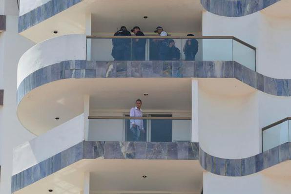 Jac de Souza Santos, 30 anos, o sequestrador que faz de refém um mensageiro do St.Peter desde às 8h30 desta segunda-feira (29/9) ameaça explodir as dinamites presas ao corpo do funcionário do hotel se não tiver atentidas as reivindicações. Foto: CB/D.A Press -