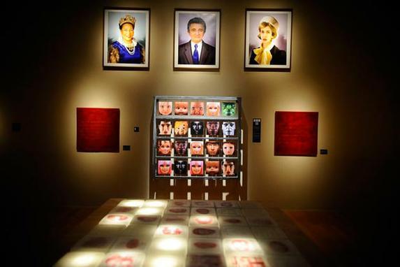 Mostra Virei Viral destaca o exibicionismo e a identidade nas redes sociais (Segunda edi��o da exposi��o Virei Viral obras de artistas brasileiros e estrangeiros que questionam o impacto da cibercultura, em especial as redes sociais, no comportamento dos indiv�duos. )