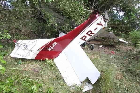 O avião caiu em uma área próxima ao campo de aviação, em Igarassu.   - Edvaldo Rodrigues/DP/D. A Press.