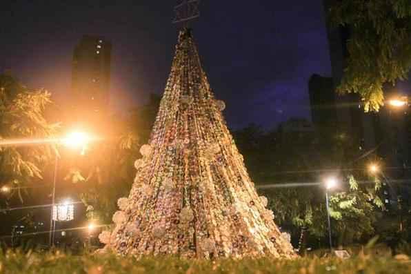 Praça Luis Ignacio Pessoa de Melo e enfeitada para o Natal. Foto: Guilherme Veríssimo/Esp. DP/D.A Press -