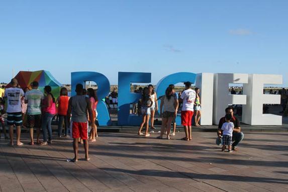 Eventos de lazer levam centenas de pessoas ao Centro do Recife (O Bairro do Recife recebeu mais uma edi��o do projeto Recife Antigo de Cora��o, idealizado pela prefeitura da cidade. J� a pra�a da Independ�ncia, no bairro de Santo Ant�nio, foi palco de mais um Show na Rural, evento promovido pelo produtor cultural Roger de Renor.)