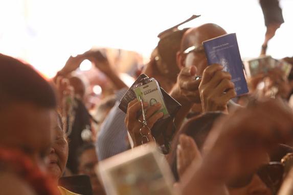 Fi�is lotam bas�lica para receber primeira b�n��o de S�o F�lix em 2015 (Fi�is lotam o anexo da Bas�lica da Penha, no bairro de S�o Jos�, para receber nesta sexta-feira a primeira b�n��o de S�o F�lix de Cantalice no ano de 2015. )