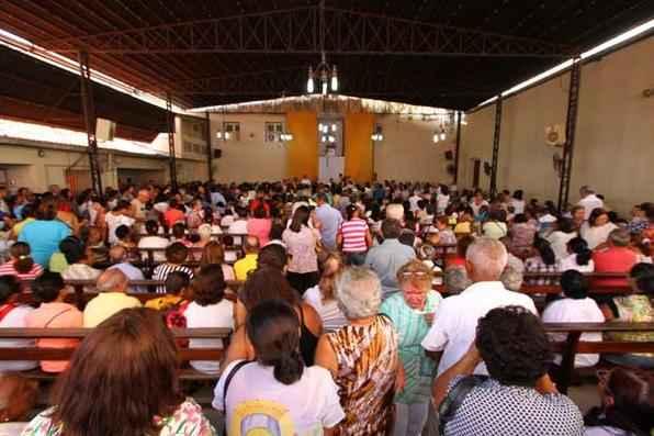 Fiéis lotam o anexo da Basílica da Penha, no bairro de São José, para receber nesta sexta-feira a primeira bênção de São Félix de Cantalice no ano de 2015. Foto: Paulo Paiva/DP/D.A Press -