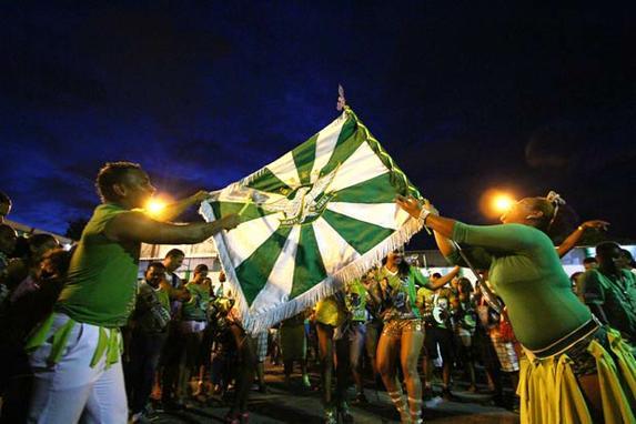 Gigante do Samba vitoriosa pela 8� vez consecutiva (A escola Gigante do Samba venceu o desfile de carnaval do Recife pela 8� vez consecutiva.)
