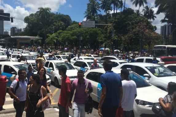 Protesto de taxistas para tr�nsito no Centro do Recife nesta ter�a-feira (Profissionais da categoria reclamam da circula��o de t�xis de outras cidades na capital e do valor do curso de capacita��o)