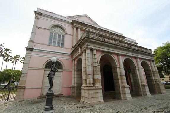 A hist�ria do Teatro de Santa Isabel em visita guiada (Inaugurado em 1850, o mais imponente dos palcos pernambucanos recebe turistas para tour gratuito, todos os domingos, das 14h �s 17h)