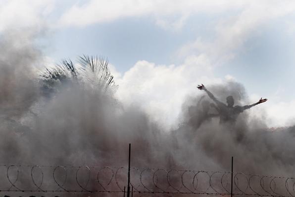 Depois de um dia de desespero, cerca de 200 famílias que ficaram desabrigadas  numa comunidade em Campo Grande, enfrentaram a dor de ver seus lares transformados em cinzas pelo incêndio que acabou com seus sonhos.Foto: Ricardo Fernandes/DP/D.A Press -  Ricardo Fernandes/DP/D.A Press