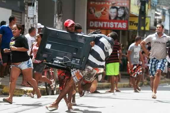 Um ano depois da greve da PM,  moradores e comerciantes relembram dias de caos (Para a popula��o local, as lembran�as dos dias ca�ticos de greve jamais ser�o esquecidas, provocando uma mistura de tristeza e vergonha.)