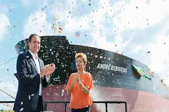 Dilma inaugura navios no Porto de Suape (A presidente Dilma Rousseff, acompanhada de lideran�as pol�ticas e sindicais, visitou o Estaleiro Atl�ntico Sul para o batismo do navio petroleiro Marc�lo Dias)