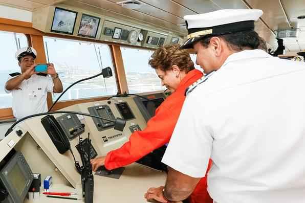 A presidente Dilma Rousseff, acompanhada de lideranças políticas e sindicais, visitou o Estaleiro Atlântico Sul para o batismo do navio petroleiro Marcílo Dias  - Foto:Roberto Stuckert Filho/ PR