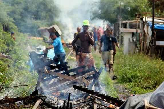 Cerca de cem habitantes s�o retirados da comunidade Cacique Chic�o