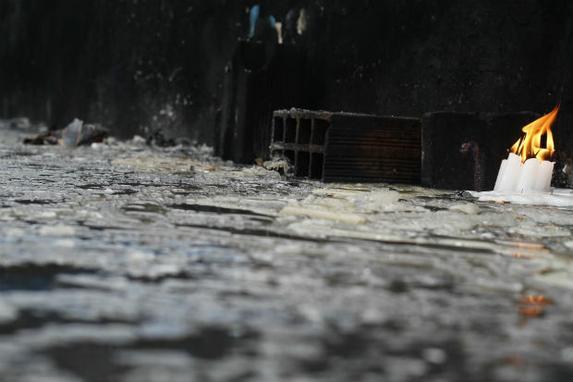 Vel�rio do Morro da Concei��o � espera de reforma (Na �ltima celebra��o � Nossa Senhora, dois princ�pios de inc�ndio destru�ram os acendedores de velas localizados ao lado da imagem da santa. Oito meses depois, ainda n�o foram recuperados)