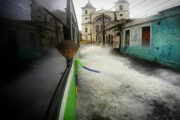 Da Janela do meu �nibus (Internautas tiram fotos ao redor do mundo pela janela do  �nibus. �nibus da linha 1958 - Costa Azul, passando na Rua do Peixoto. Recife )