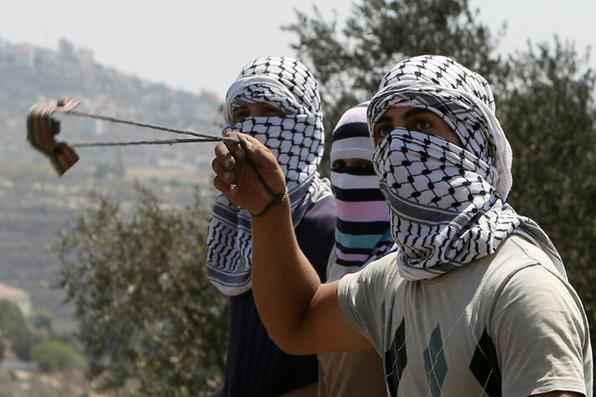 Soldado israelense imobiliza um menino palestino, o que fez sua família reagir para libertá-lo. O confronto ocorreu após um protesto em Nabi Saleh, na Cisjordânia.Foto: AFP PHOTO / ABBAS MOMANI - AFP PHOTO / ABBAS MOMANI