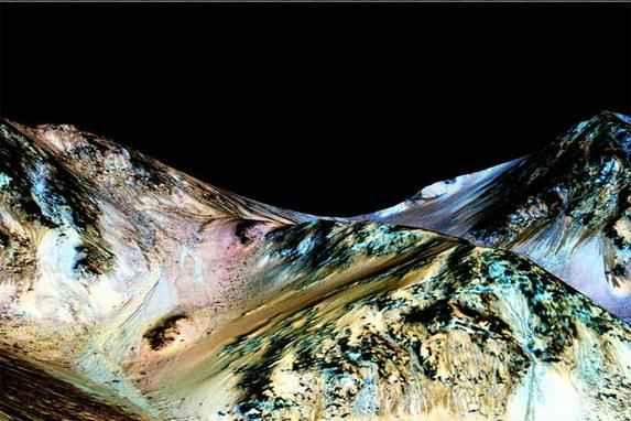 Nasa anuncia que encontrou �gua corrente e salgada em Marte  (C�rregos de �gua salgada foram encontrados nas encostas de montanhas marcianas. Fotos: Nasa/Universidade do Arizona)
