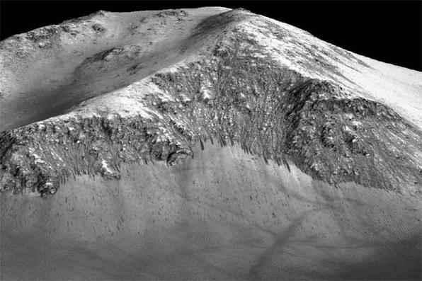 Córregos de água salgada foram encontrados nas encostas de montanhas marcianas. Fotos: Nasa/Universidade do Arizona -