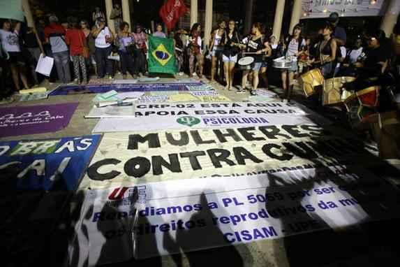 Mulheres no Recife vão às ruas contra Eduardo Cunha (Segundo as manifestantes, o deputado do PMDB cria e apoia projetos de lei que são um retrocesso para a sociedade brasileira Credito: Hesíodo Góes esp. para o DP/D.A Press)