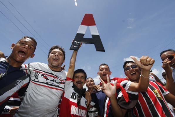 Multidão  de torcedores corais  comemoram o acesso tricolor a série A do Campeonato Brasileiro. Foto: Ricardo Fernandes/DP - Ricardo Fernandes/DP