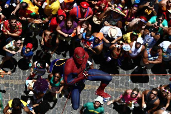 Super-her�is e Mucha Luta movimentam as ladeiras de Olinda (Entre os personagens mais aguardados pelos foli�es foram o Homem Aranha e o Super Nando Reis. )
