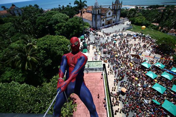 Entre os personagens mais aguardados pelos foliões foram o Homem Aranha e o Super Nando Reis. Foto: Paulo Paiva/DP -