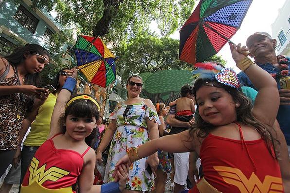 As pequenas mulheres maravilhas marcando o passo do frevo no Recife Antigo. Foto: Roberto Ramos/DP -