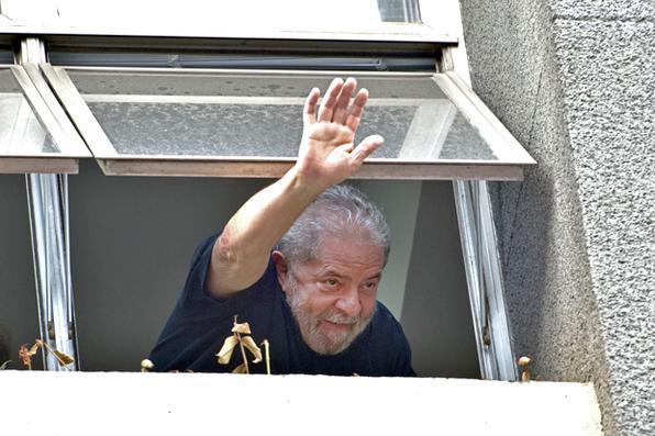 Ex-presidente Luiz Inácio Lula da Silva  em sua residência em São Bernardo do Campos (SP) após realizar  pronunciamento sobre a Operação Aletheia, deflagrada  pela Polícia Federal como 24ª etapa da Operação Lava Jato. Foto: Nelson Almeida/AFP -