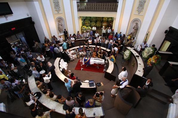 Naná Vasconcelos, um dos maiores símbolos da nossa cultura, recebe homenagem de  amigos, familiares e admiradores durante velório na Assembleia Legislativa. Foto: Paulo Paiva/DP -