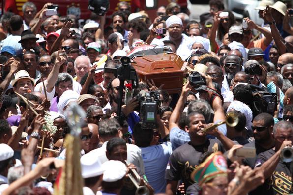 Enterro contou com parentes, amigos e nações de maracatu. Foto: Peu Ricardo/DP -