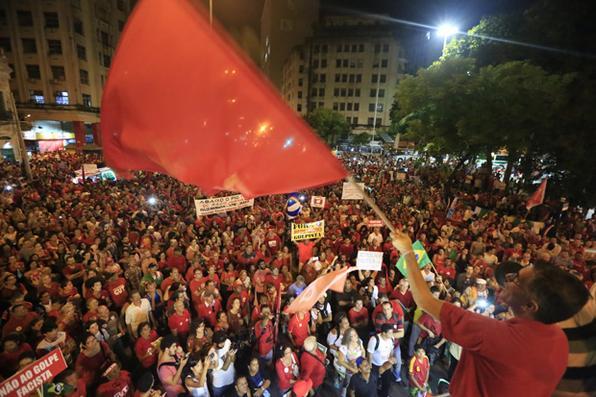 Milhares de pernambucanos foram às ruas do Recife em manifestação a favor de Dilma e da democracia. Foto: Rafael Martins/Esp. DP -