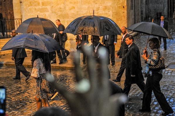 O presidente dos EUA, Barack Obama, cumprimenta  turistas e cubanos em sua chegada à Catedral de Havana.  Obama é o primeiro presidente dos Estados Unidos a visitar Cuba  em 88 anos Foto: Yamil Lage/AFP  -
